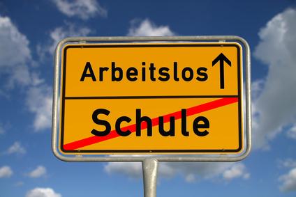 Deutsches Ortsschild Schule Arbeitslos