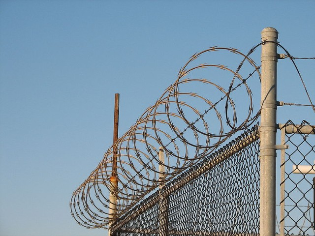 800px-Concertina_wire_on_the_FAA_airplane_station [640x480]