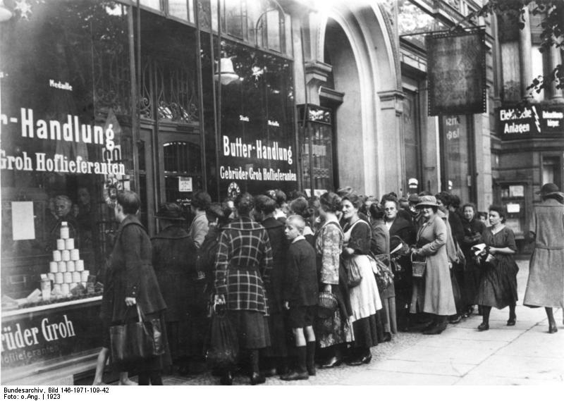 Inflation, Schlange vor Lebensmittelgeschäft, Berlin
